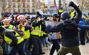 EU army patrols Paris as Yellow Vests storm EU Parliament