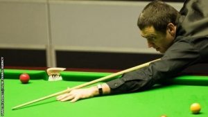 Welsh Open: Ronnie O'Sullivan sets up John Higgins quarter-final