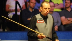 World Snooker Championship 2018: Mark Williams still trails Barry Hawkins in semi-final