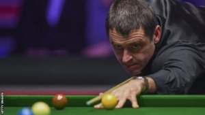 Players Championship: Ronnie O'Sullivan beats John Higgins to reach semi-finals