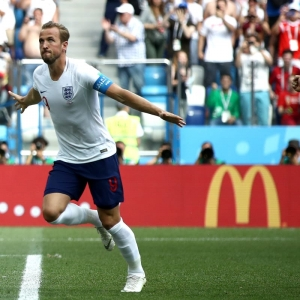 England romp past Panama and into last 16